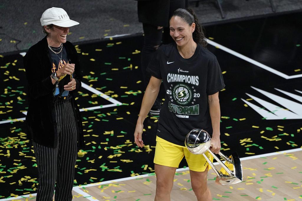 Sue Bird y Megan Rapinoe celebran finales de la WNBA con beso