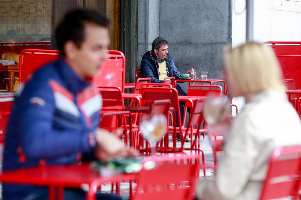 Cerrarán bares de Bruselas durante un mes por repunte de COVID-19