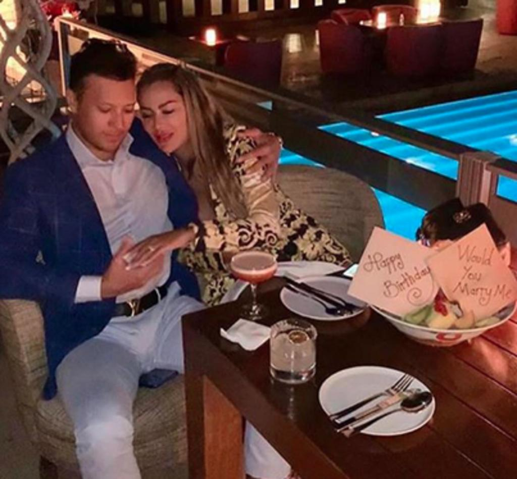 Ninel Conde confirma a revista que se comprometió con Larry Ramos