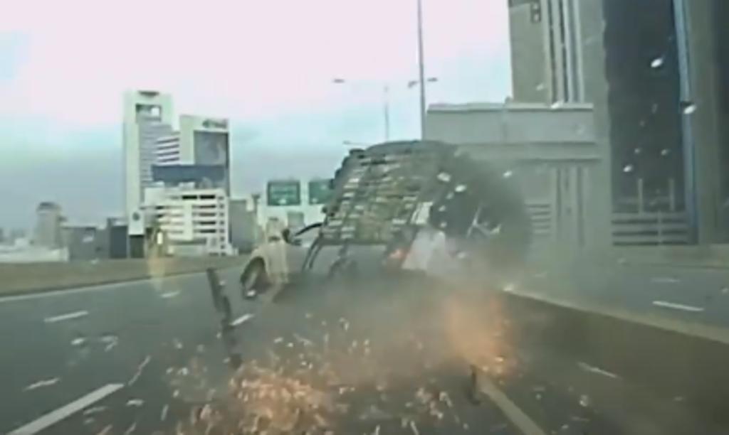 Camión pierde una llanta en plena marcha y vuelca sobre una carretera