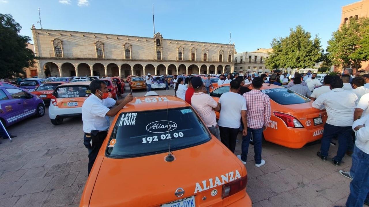 Taxistas de Gómez parten en protesta hacia Durango