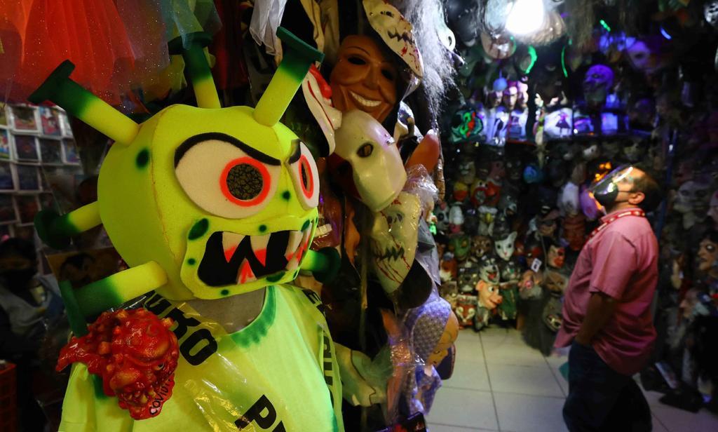 Llega 'COVID-19' a Mercado de Sonora para 'aterrorizar' con su disfraz