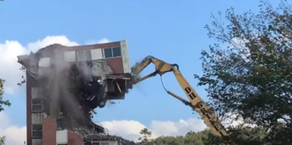 Una grúa terminó parcialmente aplastada por el edificio que estaba demoliendo