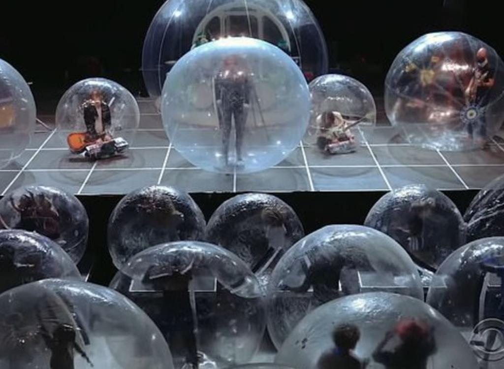 Banda ofrece concierto en burbujas de plástico para evitar contagios de COVID-19