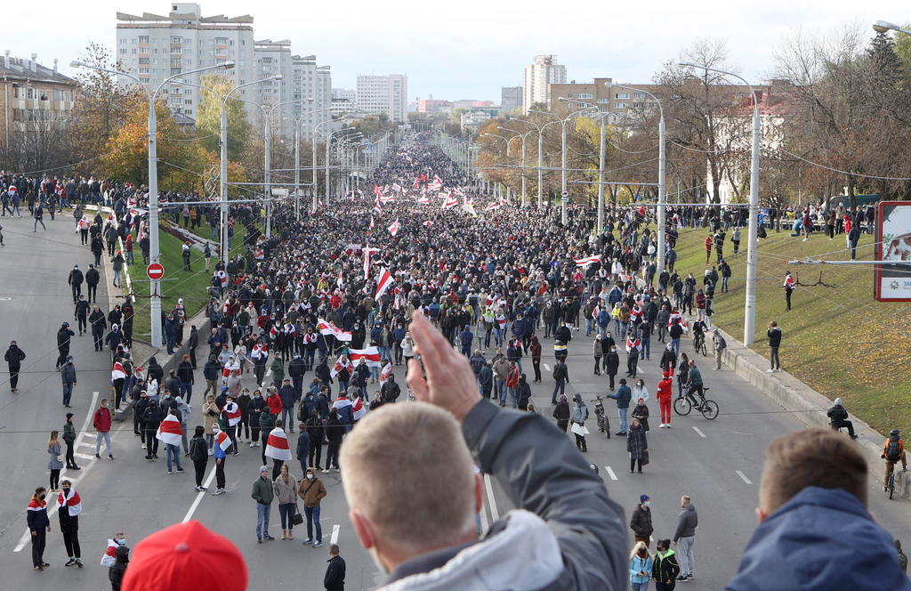 Detienen a manifestantes en marcha contra Lukashenko en Minsk