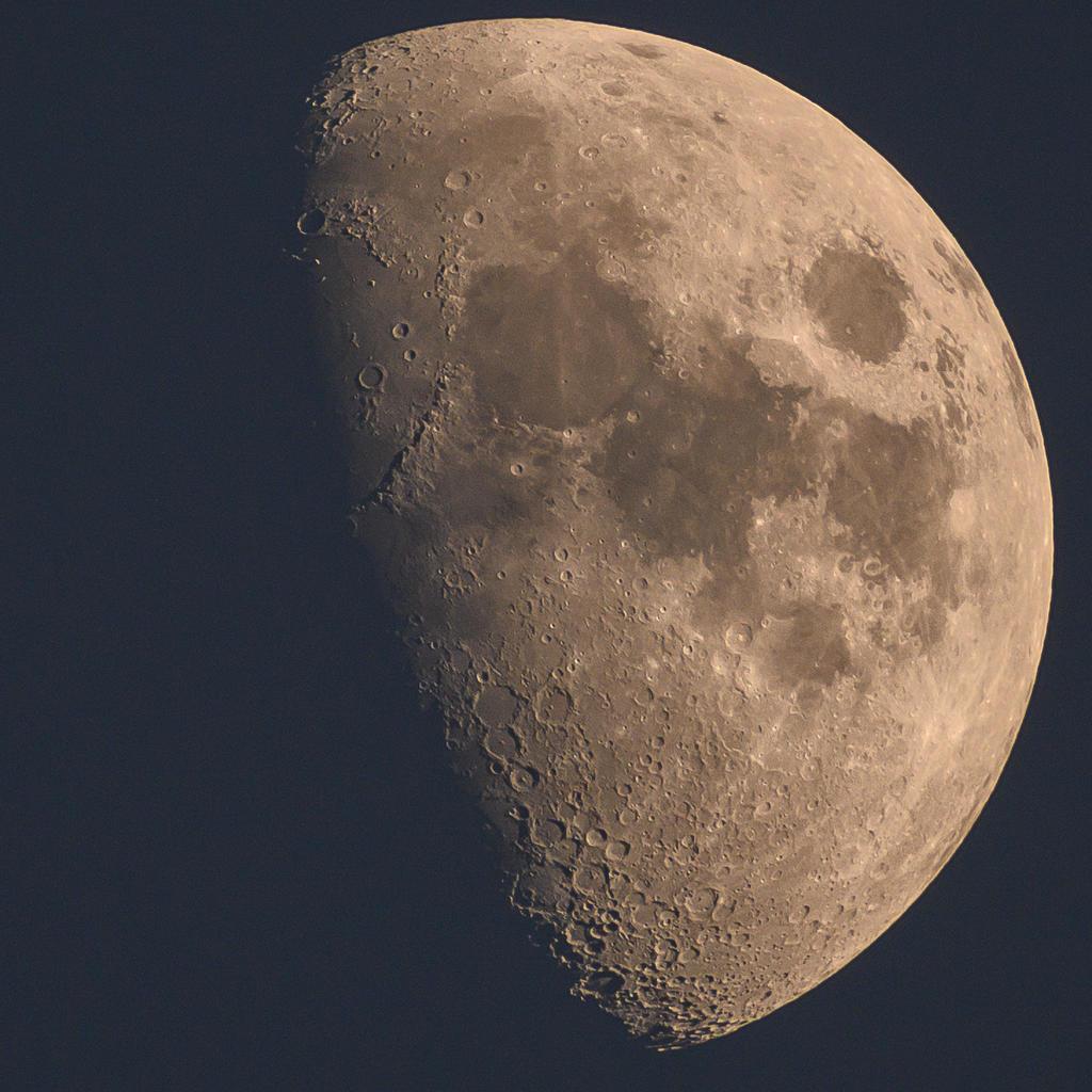 NASA confirma que la Luna contiene agua helada