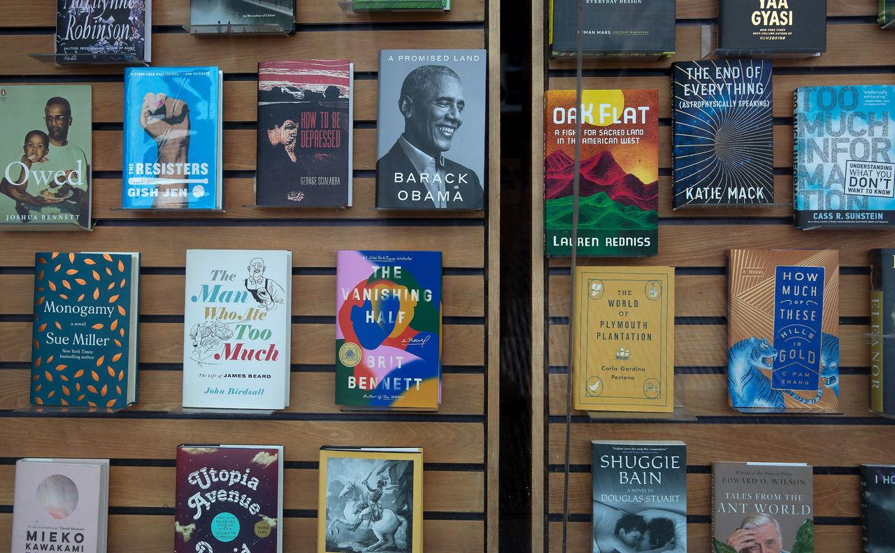 Las memorias de Obama venden casi 900 mil copias en un día