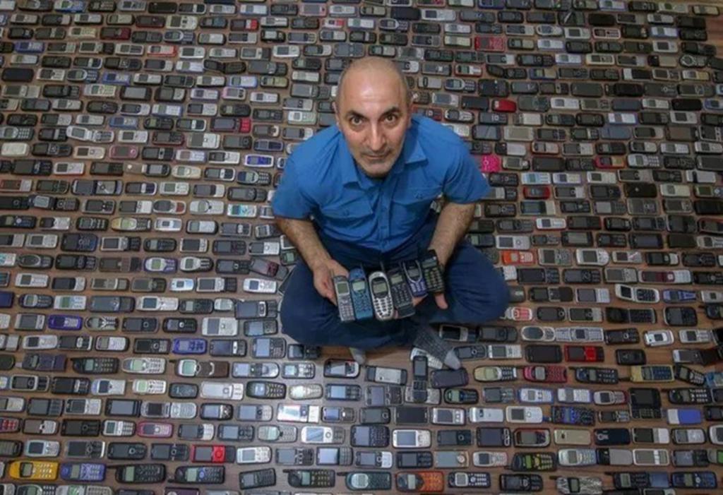 Coleccionista de celulares retro tiene más de mil teléfonos