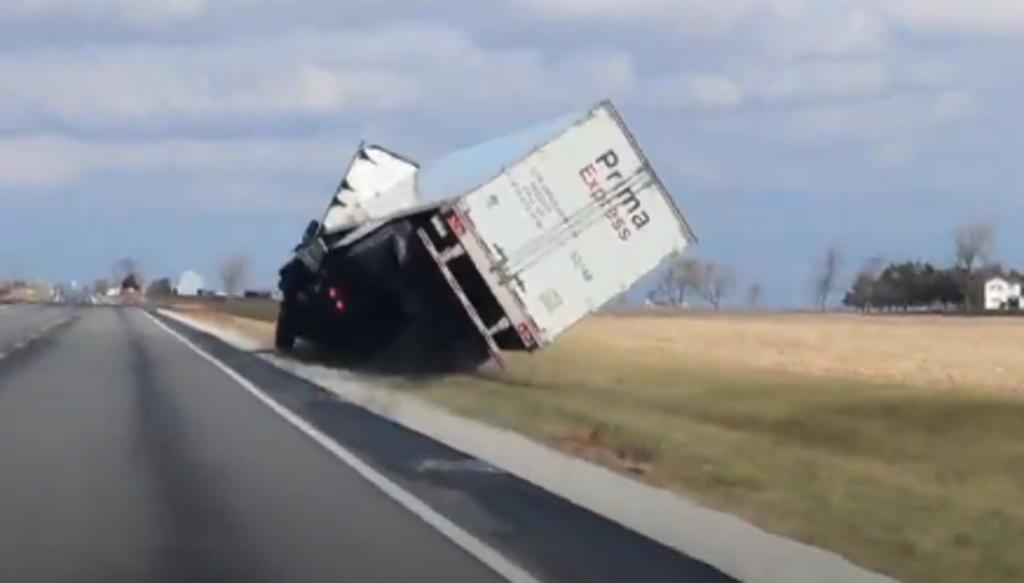 Camión se salva de volcar en carretera tras maniobrar fuera del camino