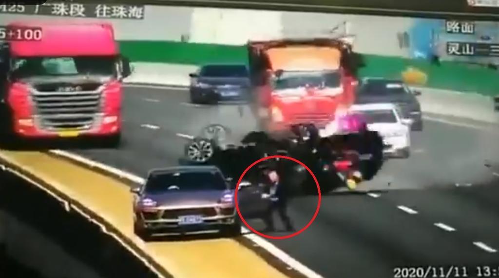 Automóvil protagoniza aparatoso accidente al ser embestido por camión