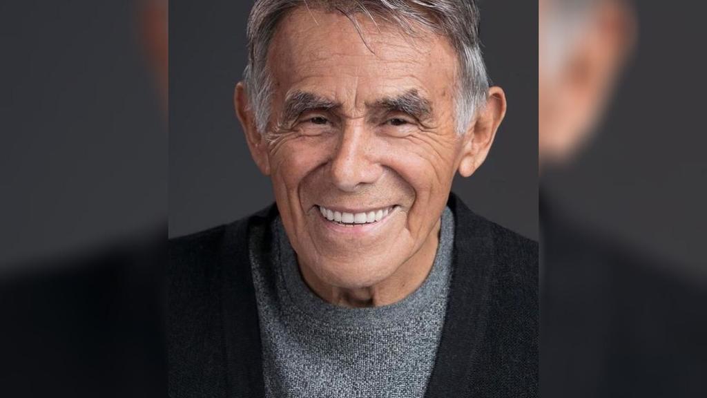 Familiares de Héctor Suárez reciben galardón por trayectoria del actor