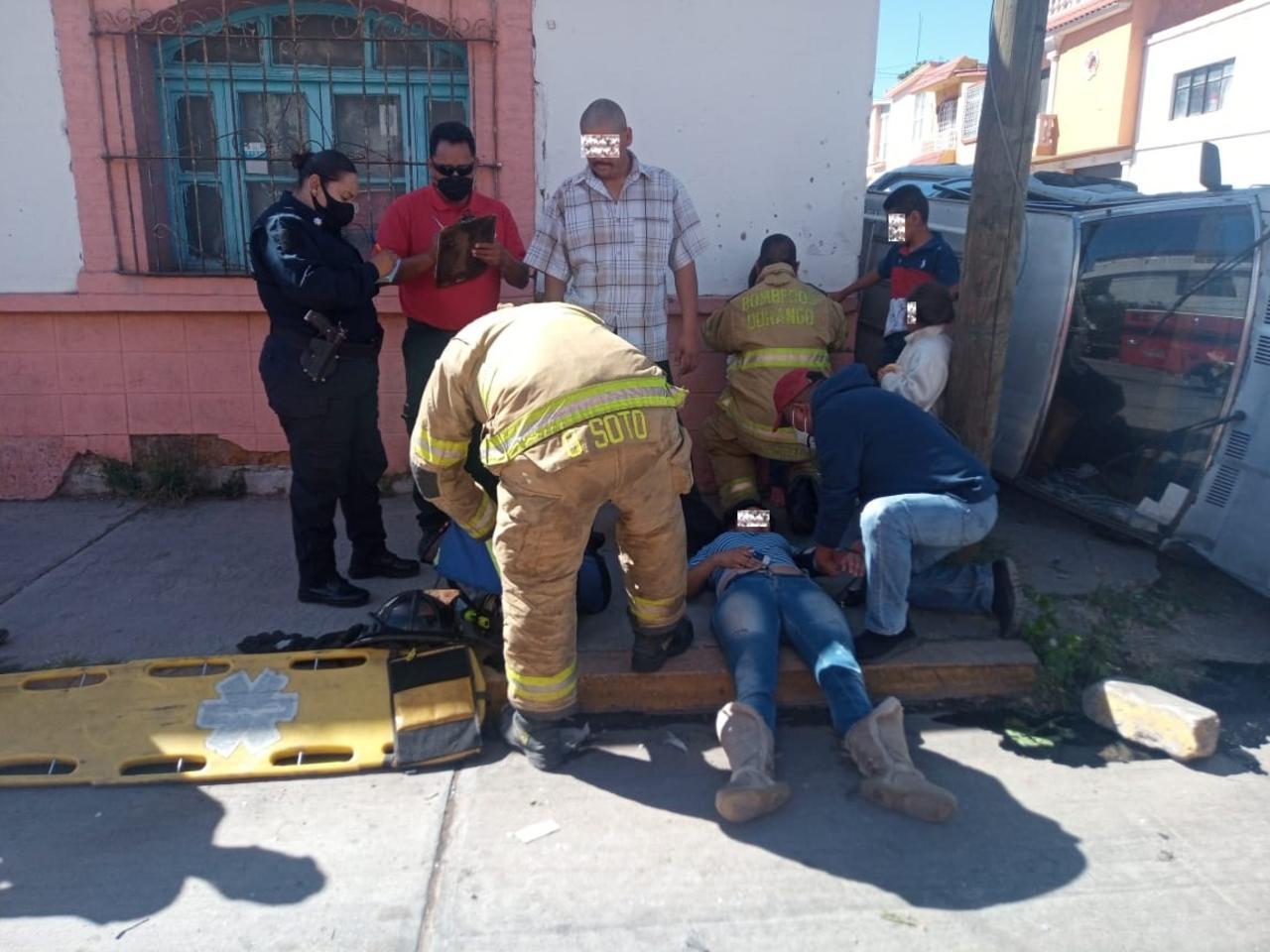 Familia sufre volcadura en la Santa María; hay un lesionado