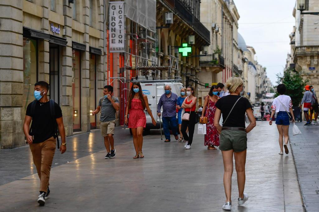 Contagios de COVID continúan a la baja en Francia