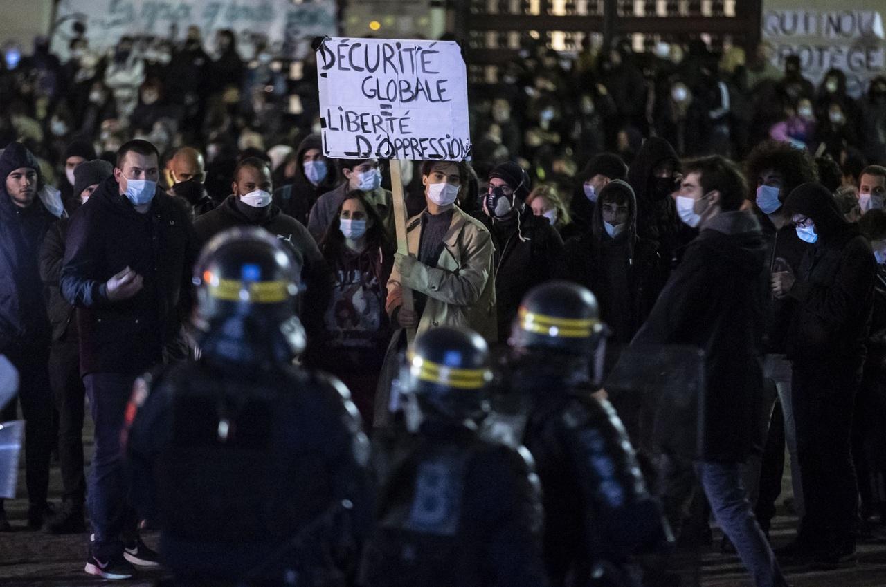 Protestan por ley de fotos de policías