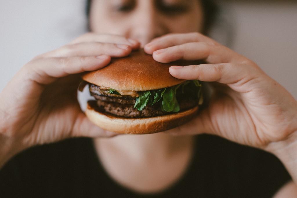 ¿Cómo repercute la comida chatarra en nuestra salud mental?