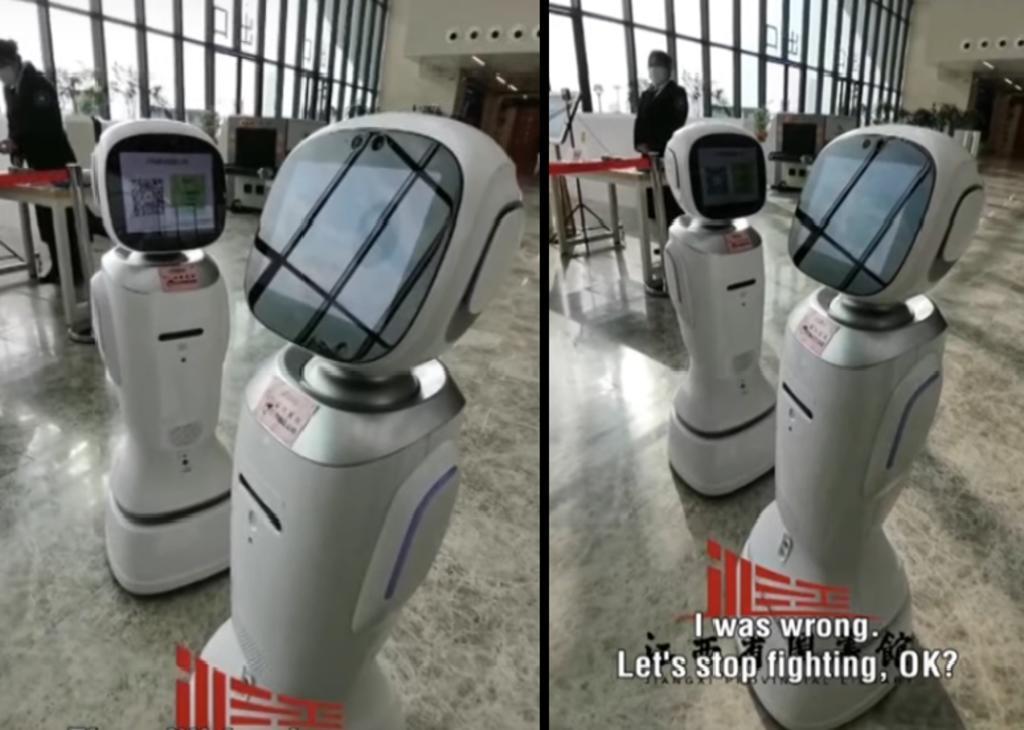 Dos robots discuten en una biblioteca de China