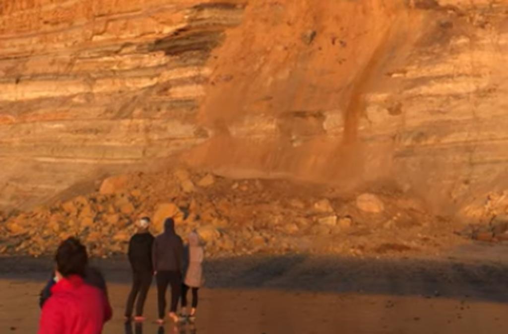 Acantilado colapsa sobre una playa llena de turistas