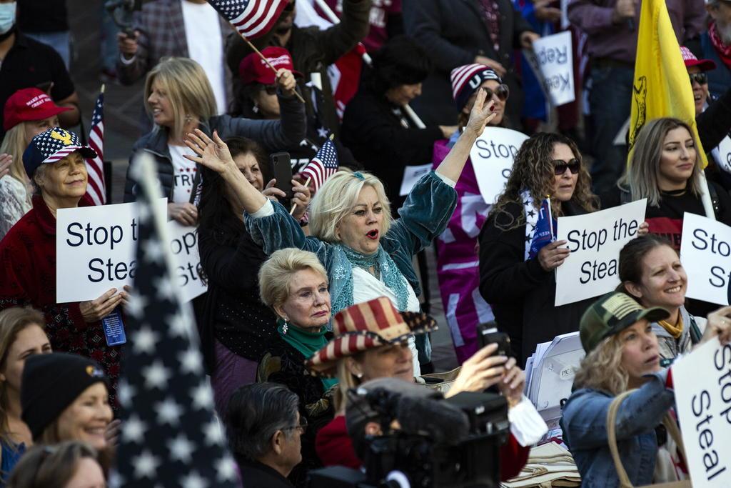 Protestan manifestantes pro-Trump en capitolios estatales de EUA