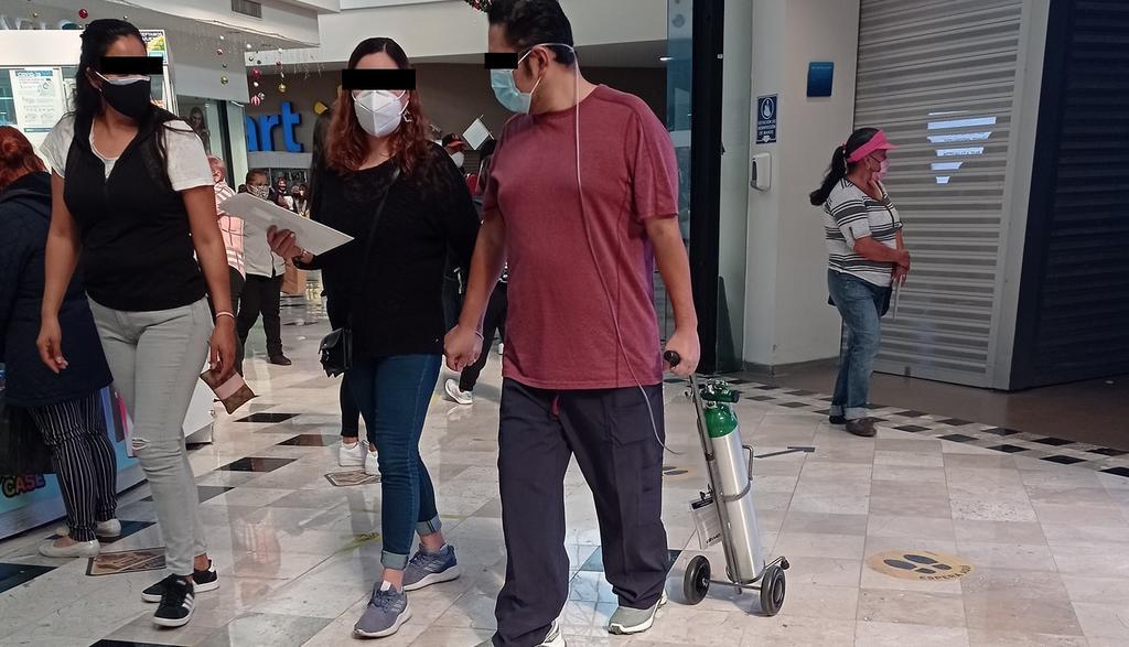 VIRAL: Captan a hombre caminando con tanque de oxígeno en plaza comercial