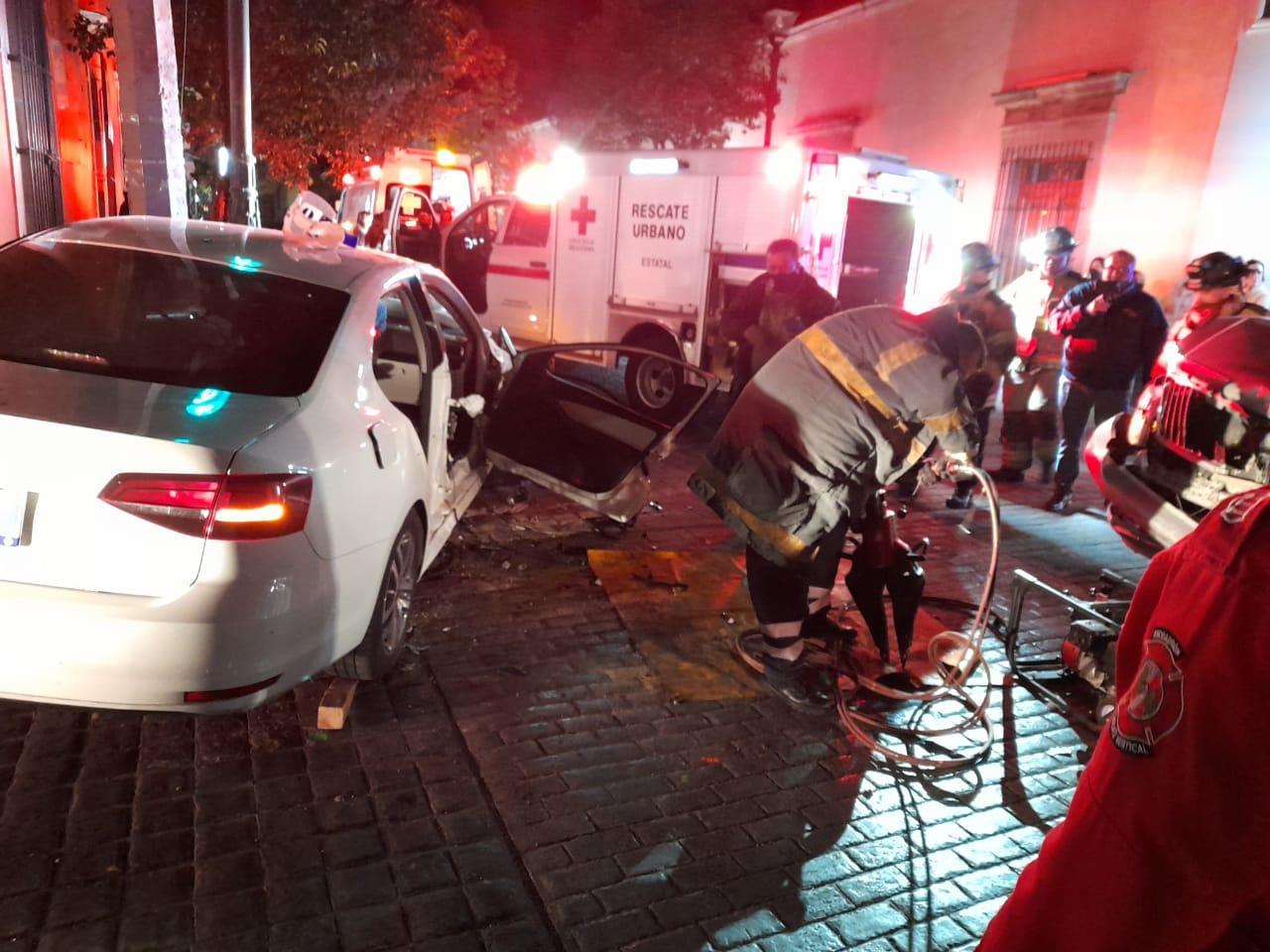 Aparente falla en semáforo deja aparatoso accidente en el Centro