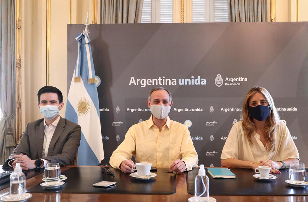 Comparte López-Gatell fotografías usando el cubrebocas en Argentina