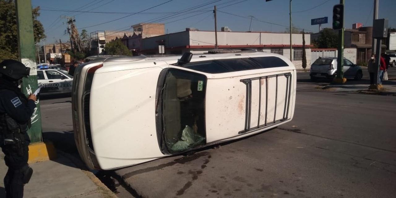Camioneta terminó volcada en bulevar
