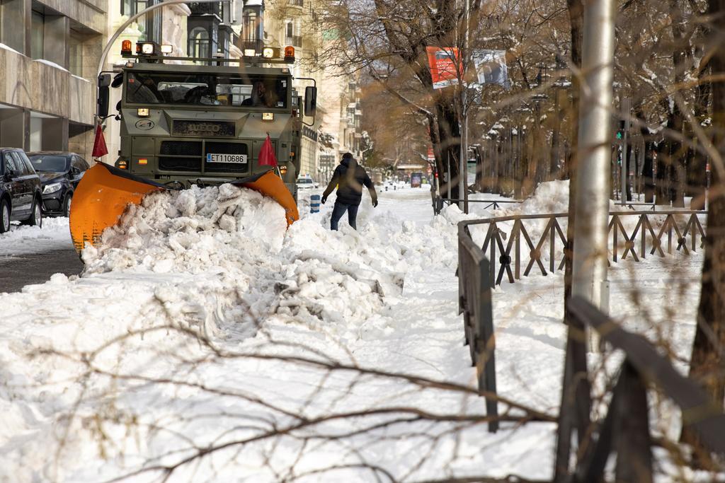 Reanuda Madrid vuelos tras nevada