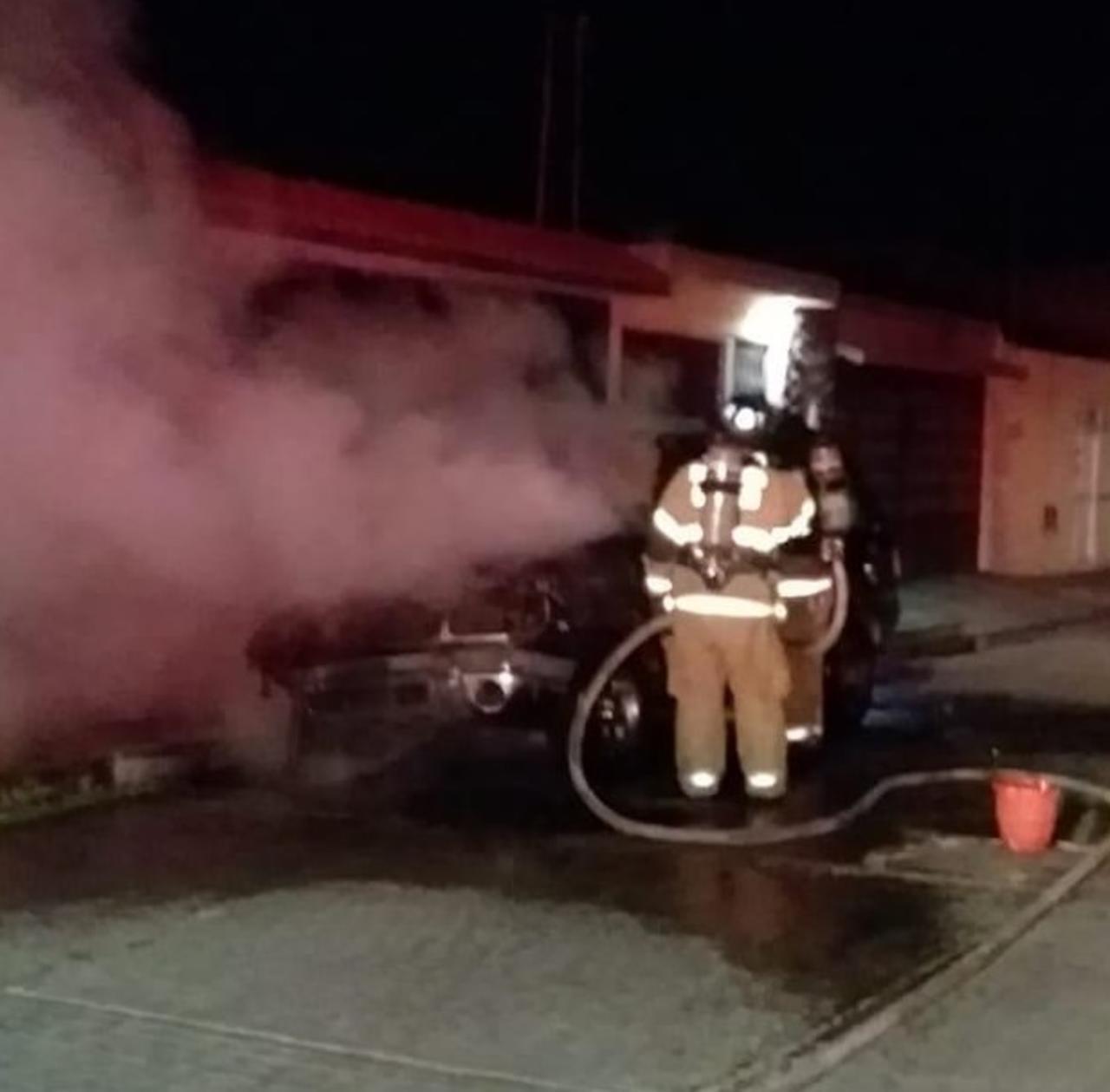 Sofocan incendio de camioneta de madrugada