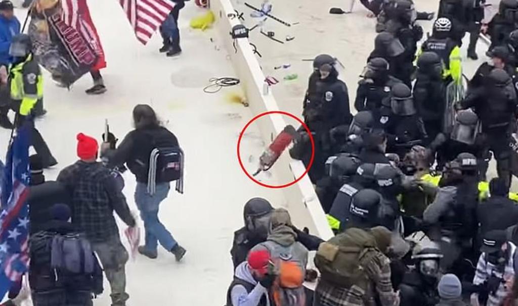 Difunden video de policía siendo golpeado en la cabeza con un extintor durante asalto al Capitolio