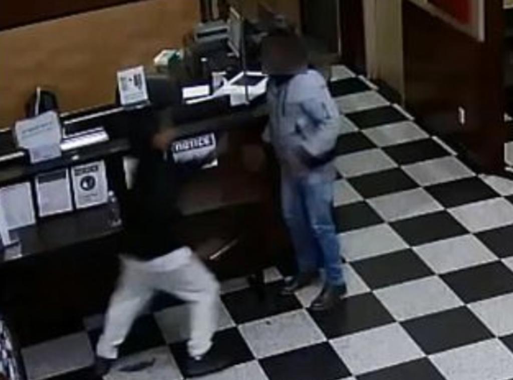Hombre apuñala a empleado de hotel luego de que le entregó una botella de agua