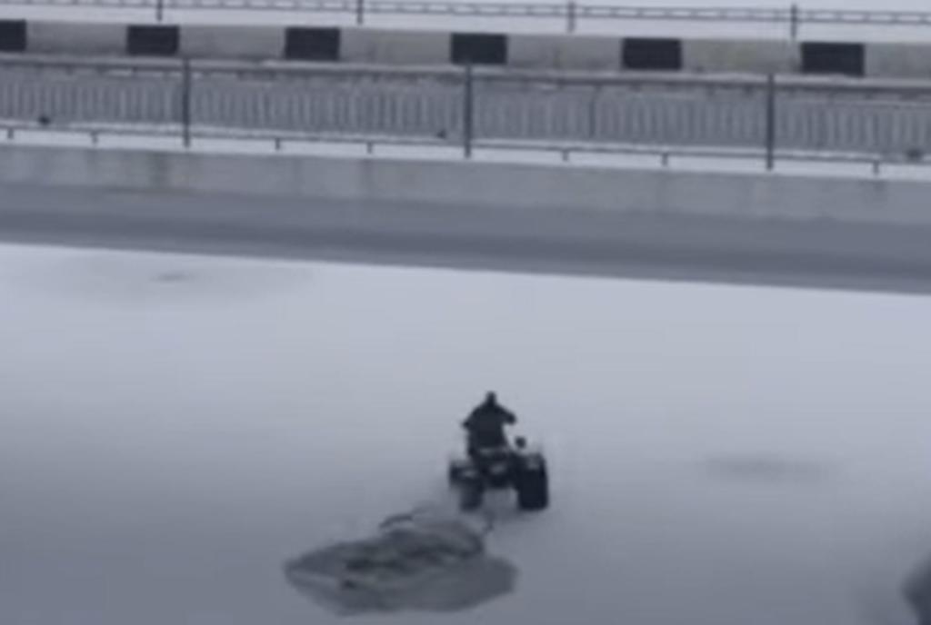 Hombre y su motocicleta se hunden en un lago helado por transitar sobre el hielo