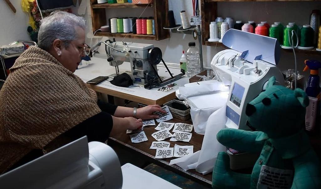 Mujer fabrica osos de peluche con ropa de víctimas de COVID-19