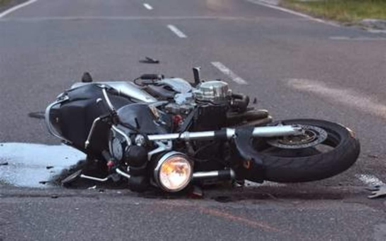 Motociclista se impacta contra camioneta y queda lesionado