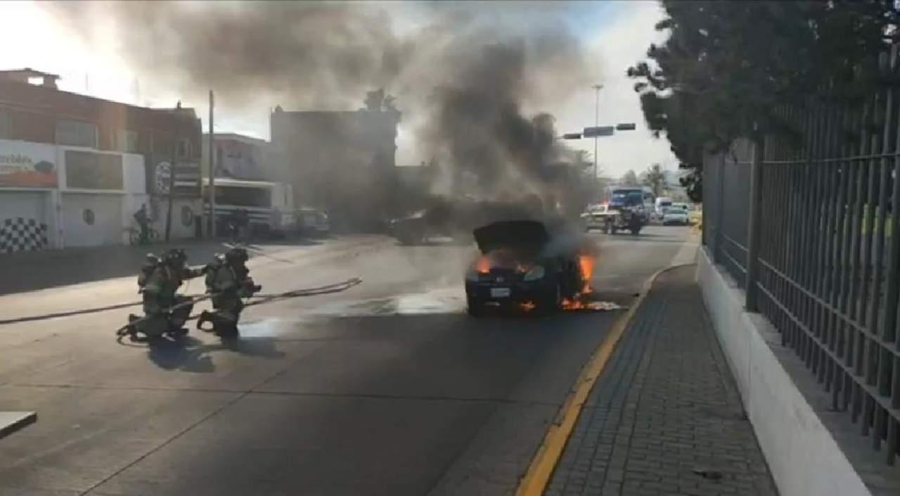 Vehículo arde en pleno bulevar Dolores del Río