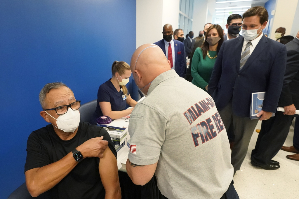 Florida rechaza rumores de que turistas arriben por vacunas