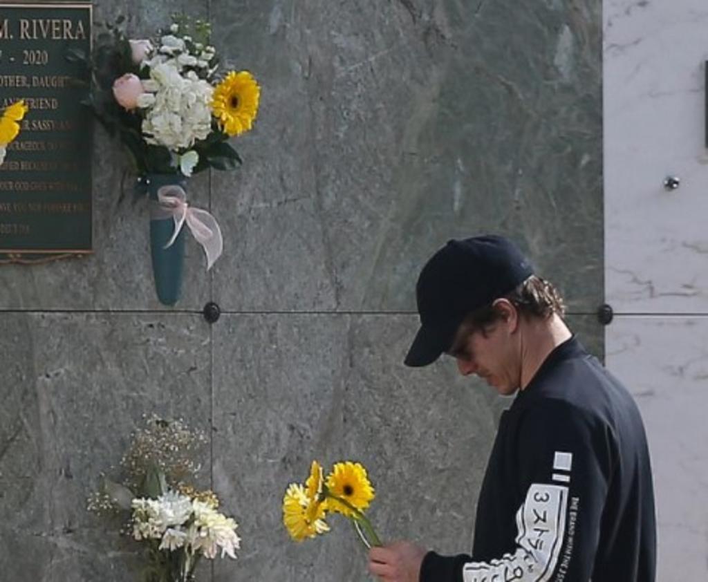 Ex de Naya Rivera visita su tumba y llora en su cumpleaños