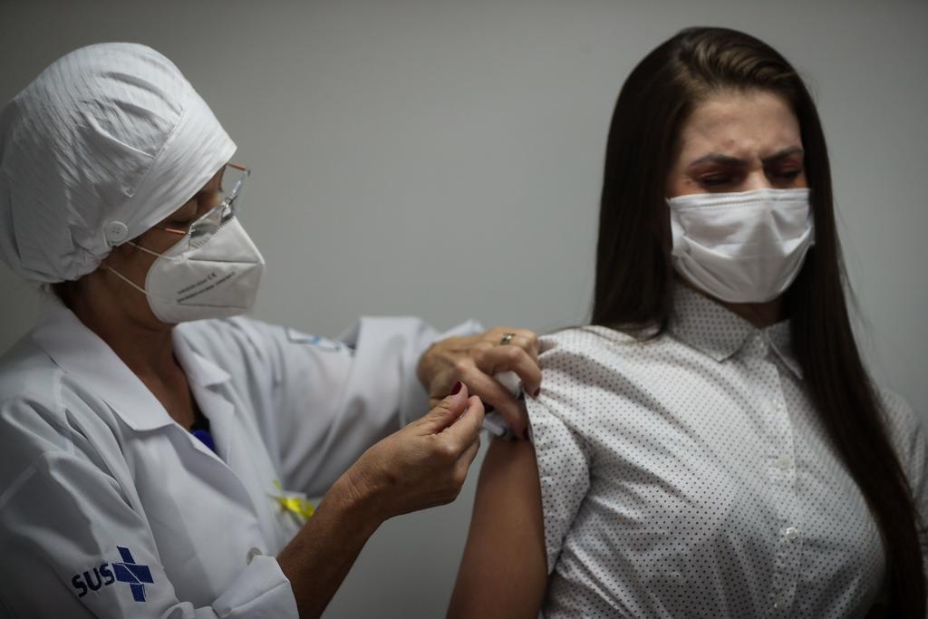 Pobreza, política sanitaria y miedo ralentizan la vacunación en América Latina