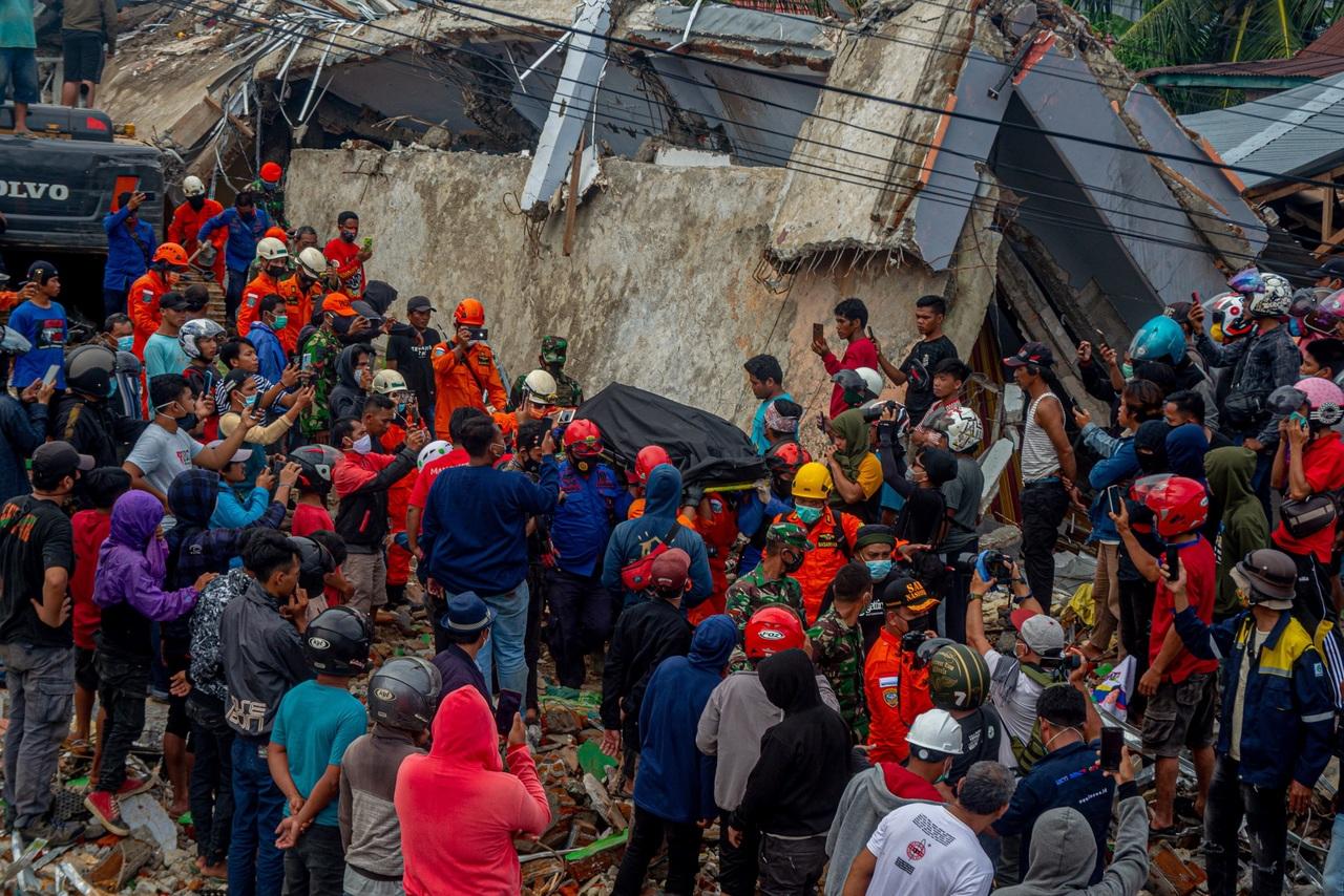 Sismo en Indonesia: 60 muertos y miles de heridos
