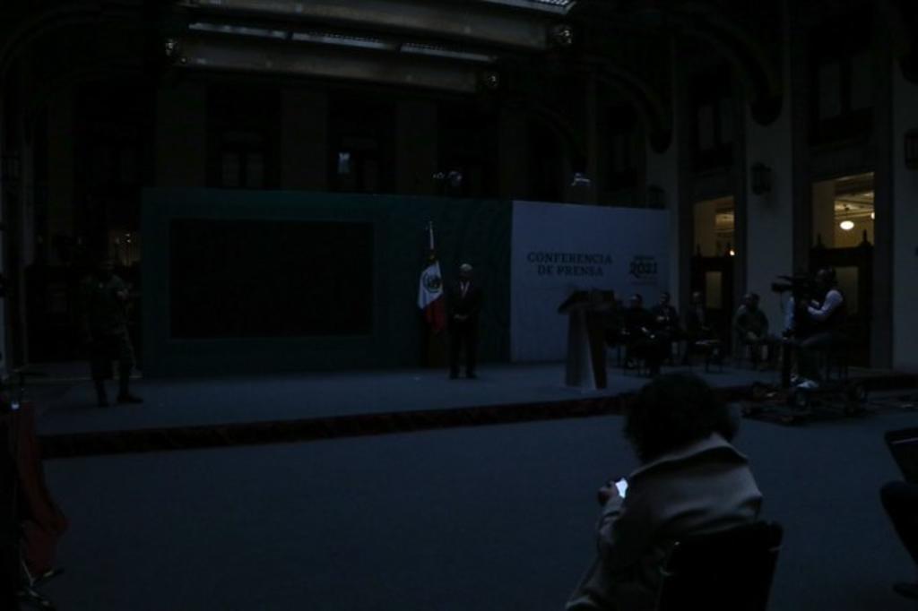 Se va la luz en Palacio Nacional durante 'mañanera' de AMLO
