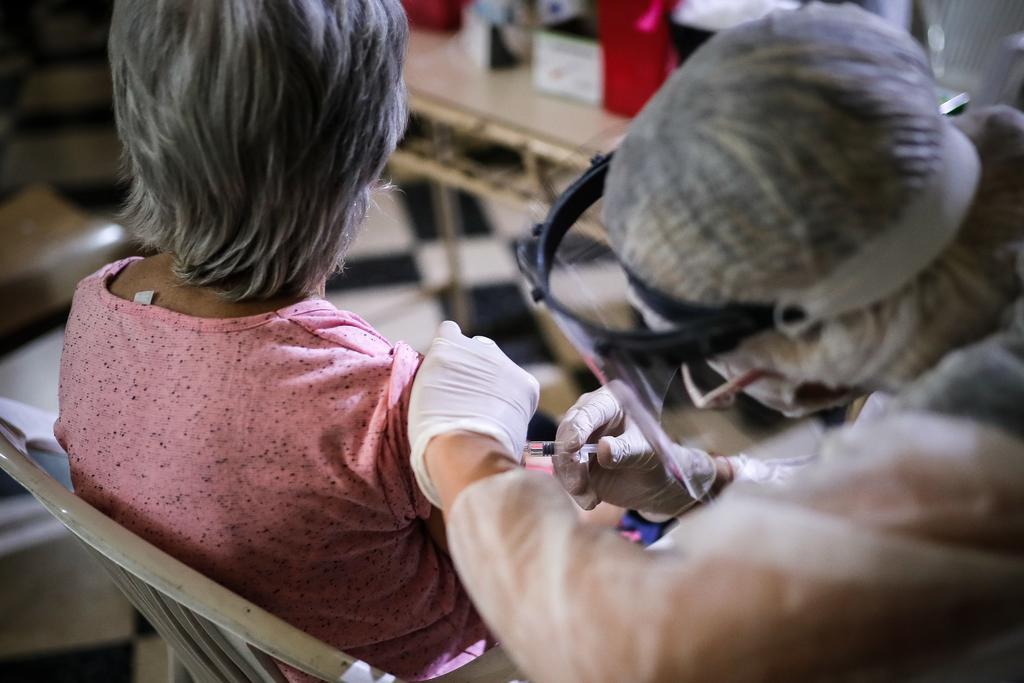 Amplía Argentina autorización de vacuna Sputnik V a mayores de 60 años