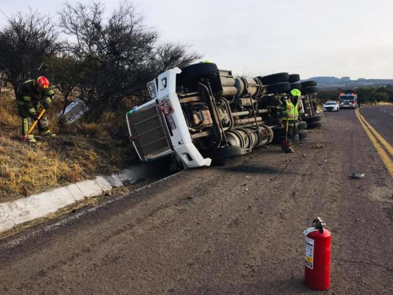 Vuelca pipa en carretera de Santiago Papasquiaro