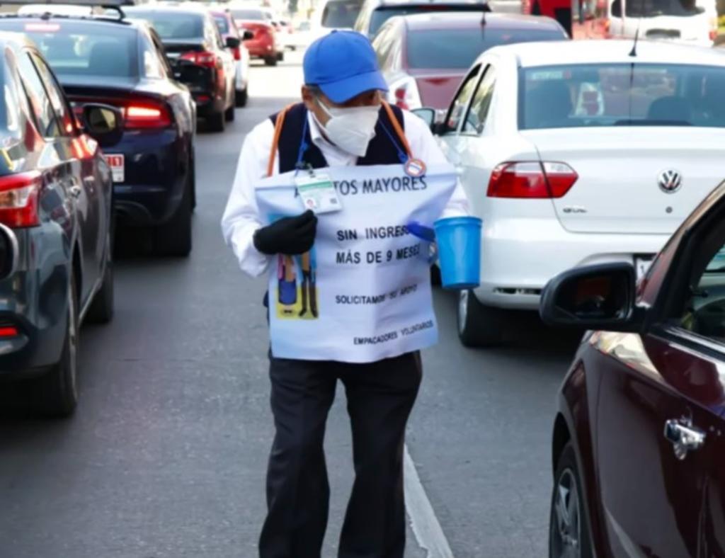 'Cerillitos' de la tercera edad piden ayuda en la calle; llevan 10 meses sin empleo