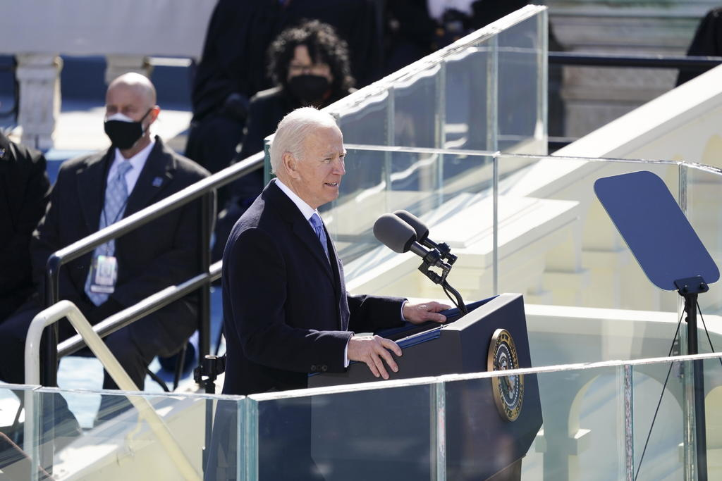 Firma Biden los primeros documentos como presidente de EUA