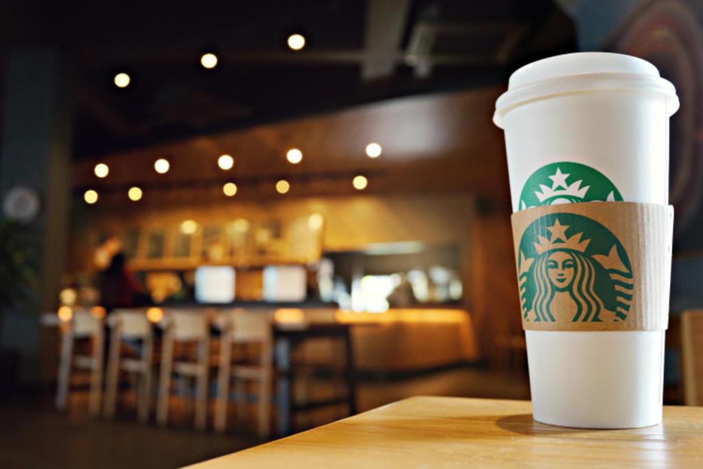 Multan a empleada con 12 mil euros por dibujar 'ojos rasgados' en café de clienta asiática
