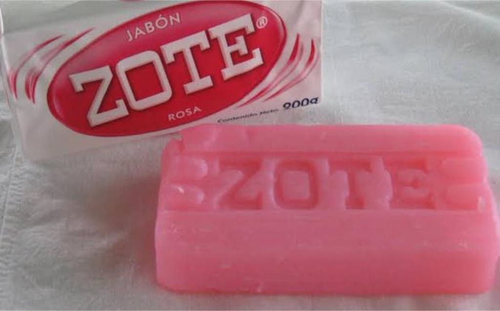 Christopher Landau se lleva un jabón Zote como recuerdo de México