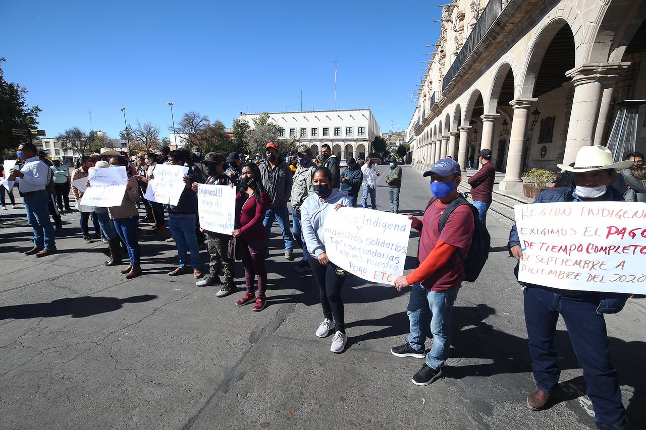Con bloqueo, maestros piden que se liberen pagos