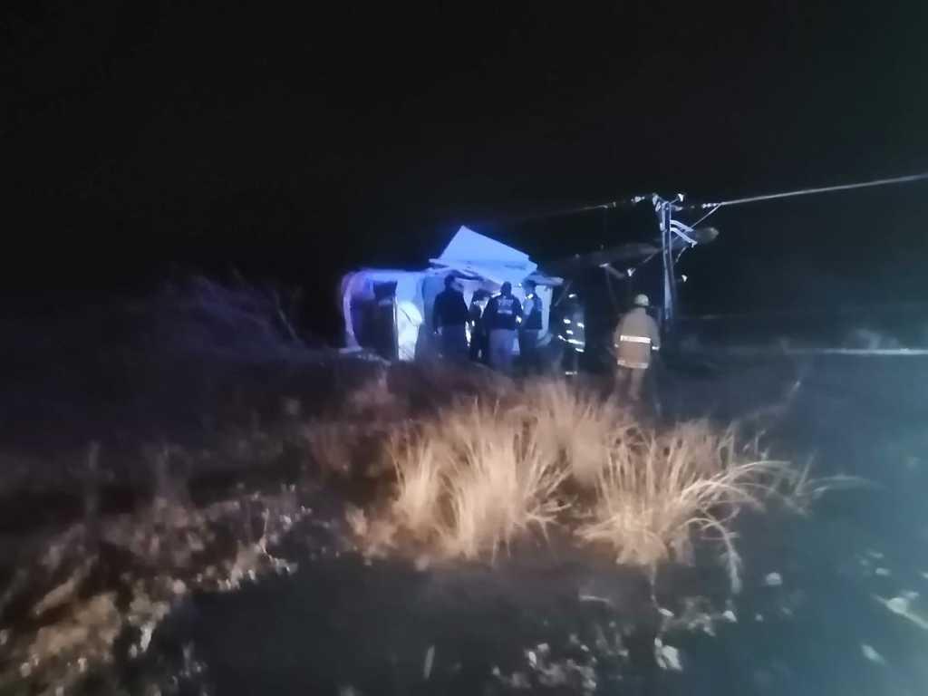 Mueren 3 tras volcar en carretera a Bermejillo