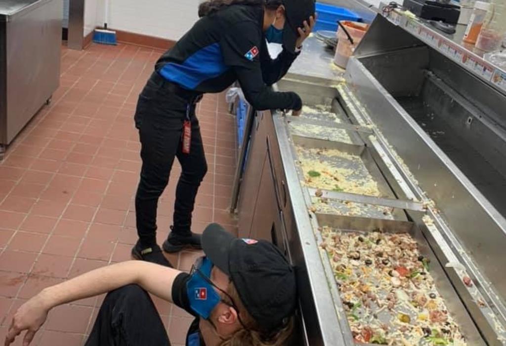 Fotografía de trabajadores exhaustos de pizzería en Texas se vuelve viral