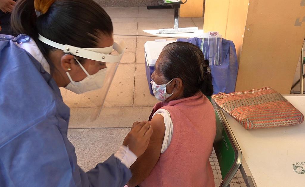 Piden no bajar la guardia a adultos mayores que se vacunaron contra el COVID