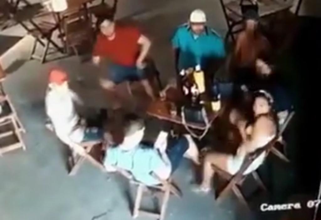 Mujer es acribillada por la esposa celosa del hombre que estaba sentado a su lado en un restaurante